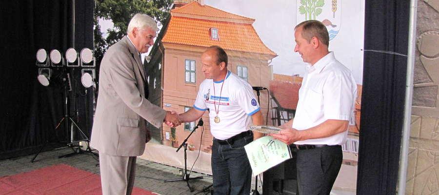 Franciszek Andruszkiewicz (z lewej) podczas jednej z imprez na srokowskim rynku