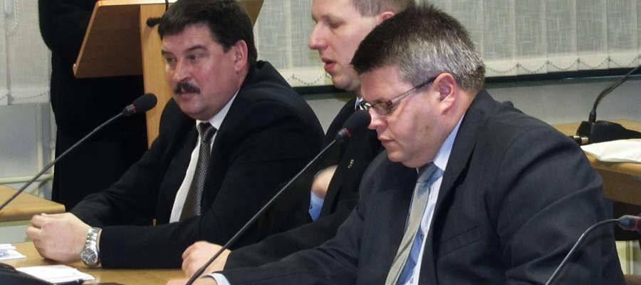 Robert Pająk (po prawej) został sekretarzem miasta Bartoszyce. Powołał go burmistrz Piotr Petrykowski (w środku). Na zdjęciu obaj z czasu, gdy sprawowali funkcje radnych miejskich.
