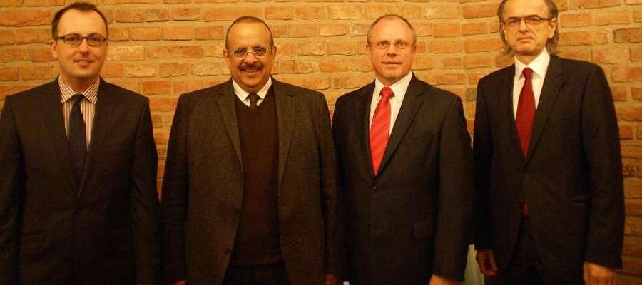 Szejk Abdullah F. Alkraidees (Drugi od lewej) z wicemarszałkiem Jackiem Protasem (trzeci od lewej)