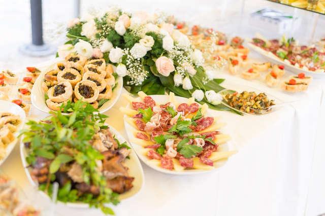 Weselne jedzenie - full image
