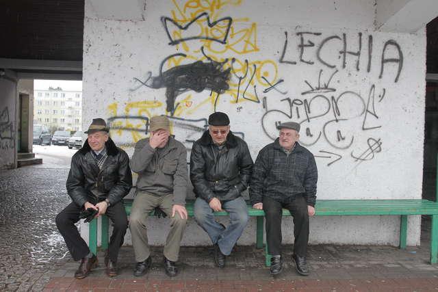 Stanisław, Jan i dwóch Czesławów. Ich, jak twierdzą, dług miasta nie dotyczy. - My, proszę pana, to mamy pieniądze - śmieją się.