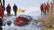Pod mazdą załamał się lód. Kierowca utonął. Strażacy wydobyli samochód [FILM]