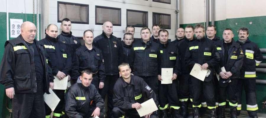 """Zajęcia, w których pomagali strażacy z JRG PSP to najlepszy sposób na """"posmakowanie"""" tematyki pożarniczej"""