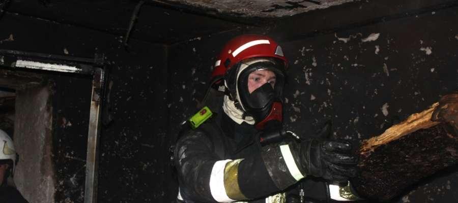 Oprócz gaszenia, strażacy skupili się na sprawdzeniu pomieszczeń, oddymieniu piwnicy i dotarciu do zarzewi ognia