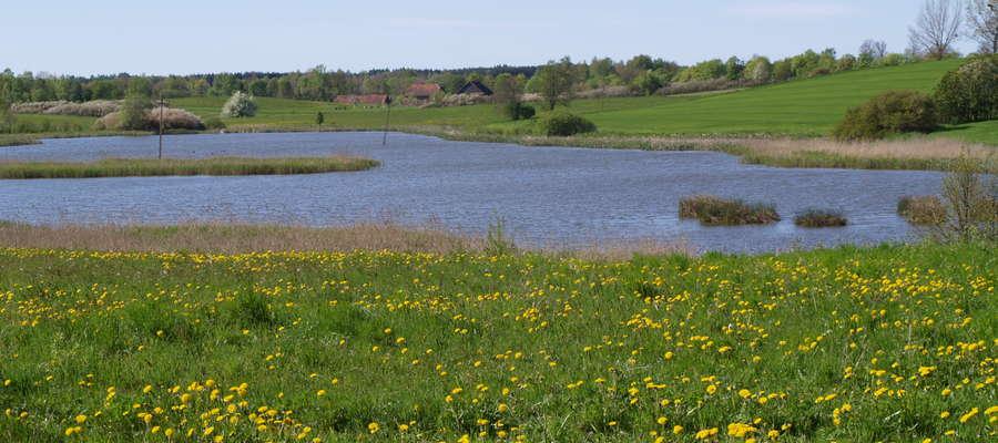 W zlewniach charakteryzujących się dużymi zdolnościami retencyjnymi odpływ wody następuje wolniej.