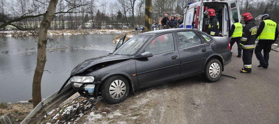 Samochód niebezpiecznie zawisł nad przepaścią