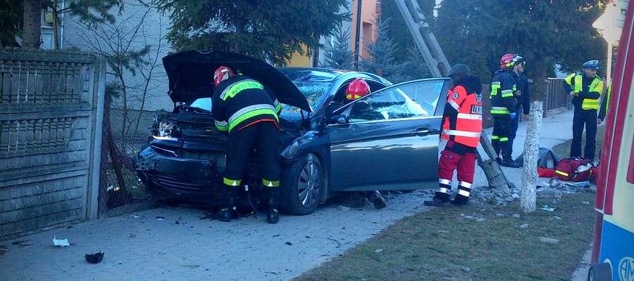 Samochód uderzył najpierw w bramę, potem w uczniów i słup