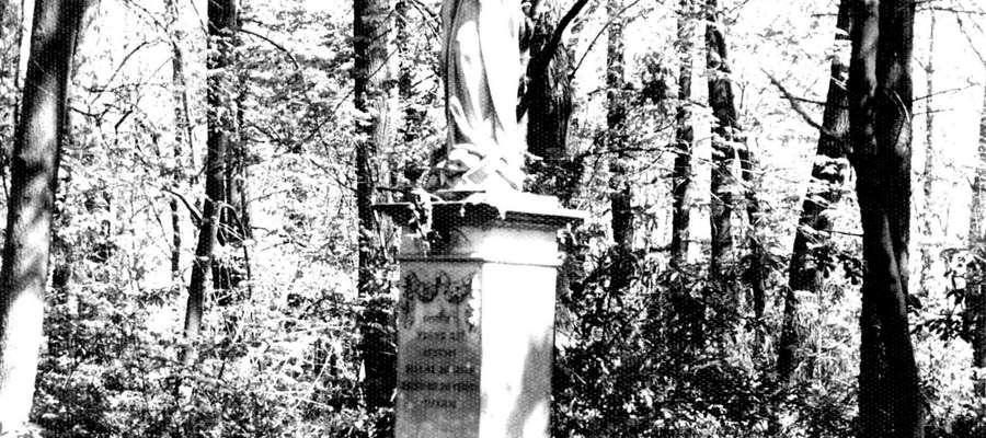 Figurka Matki Bożej Niepokalanie Poczętej w parku bieżuńskiego pałacu, fot. J. Piotrowski 1990