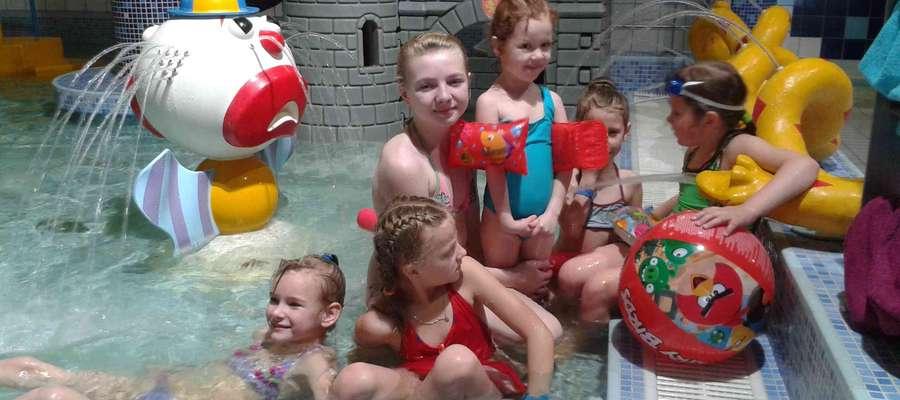 Uczniowie ze Zwiniarza podczas pobytu na basenie