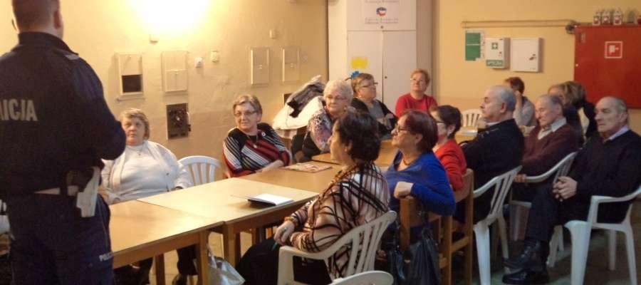 Policjanci o bezpieczeństwie rozmawiali z seniorami z Bieżunia