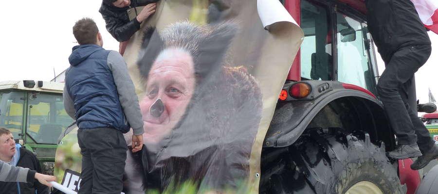 Protestujący nie tylko blokowali drogi, ale również wywieszali plakaty, trzymali transparenty