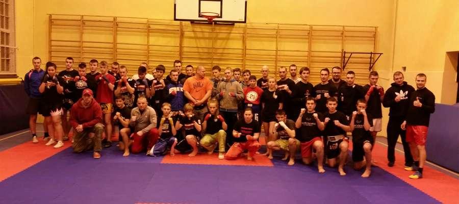 Kickboxerskie spotkanie w gimnazjum