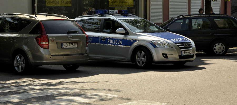 Patrol policji już w Boguszewcu zwrócił uwag na malucha, który był zaparkowany za przystankiem