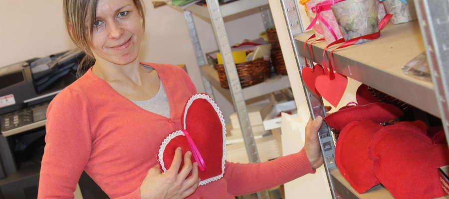 Pani Ania prezentuje własnoręcznie uszyte serca walentykowe. Wkrótce będzie je można kupić.