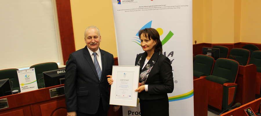 Danuta Kunicka, dyrektor szpitala odebrała certyfikat z rąk Gustawa Marka Brzezina, marszałka województwa warmińsko-mazurskiego