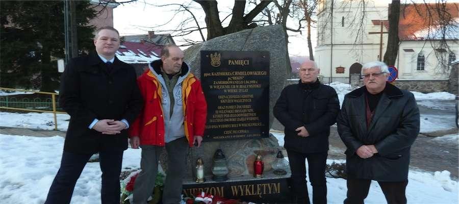 Pod pomnikiem Żołnierzy Wyklętych w Wydminach