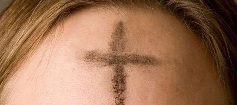 Posypanie głowy popiołem jest symbolem naszego wewnętrznego poddania się Woli Boga