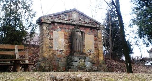 Jedzbark: Pomnik poległych strzeżony przez Chrystusa - full image