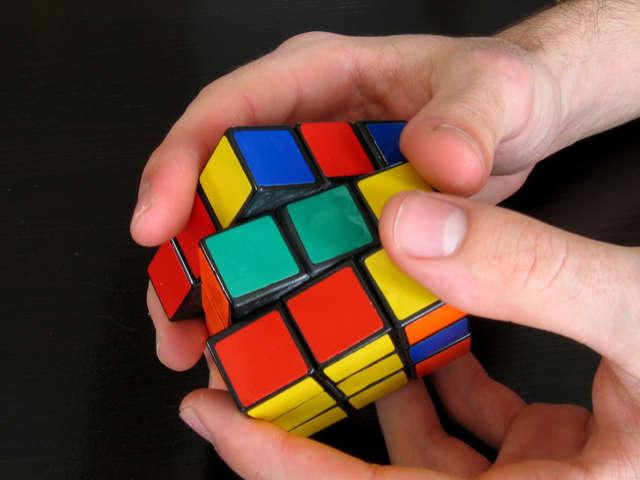 Mistrz świata w układaniu kostki Rubika... z zamkniętymi oczami - full image