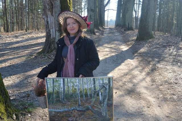 Anna Rok z jednym ze swoich obrazów - full image