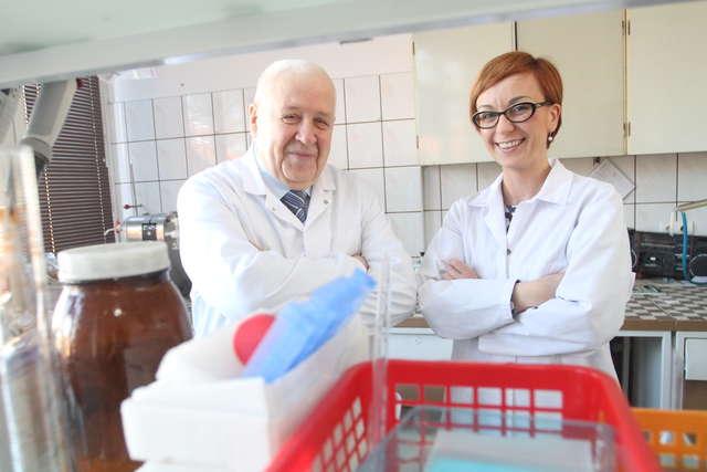 Prof. Ryszard Zadernowski i dr inż. Dorota Ogrodowska z  Katedry Przetwórstwa i Chemii Surowców Roślinnych UWM. - full image