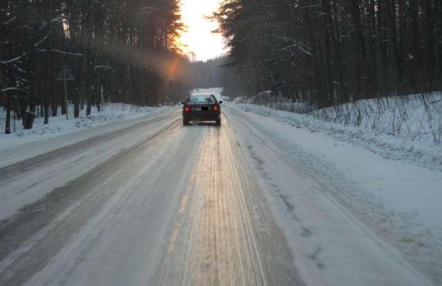 Gorsze warunki na drogach, sprawdź jak nie wpaść w poślizg - full image
