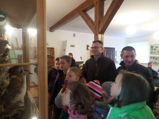 Zastępca nadleśniczego Nadleśnictwa Wichrowo Krzysztof Śmiech (z lewej) i leśniczy Tomasz Tokarczyk pokazują dzieciom eksponaty, zgromadzone w nadleśnictwie - full image