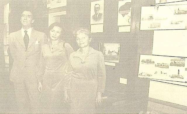 Bohdan Tomaszewski z żoną Izabellą i jej matką w kisielickiej szkole 1 września 1979 roku, na tle tablicy poświęconej patronom szkoły