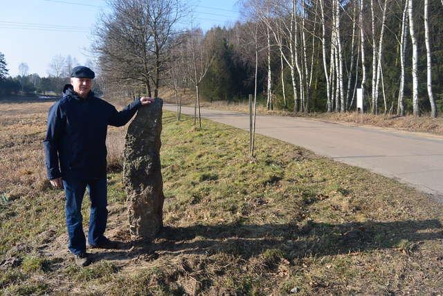 """Na naszą drogę wróciły przydrożne kamienie — pokazuje Adam Kochanowski ze stowarzyszenia """"Woryty"""" - full image"""