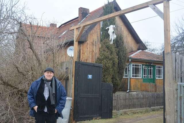 Janusz Połom przed swoim domem w Unieszewie - full image