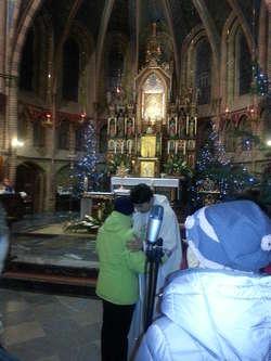 Nabożeństwo styczniowe. Jeden z księży modli się wstawienniczo.