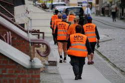 Firma rezygnuje z eko-patroli, bo tańsze od ich pracy jest wynajęcie zamiatarek chodnikowych