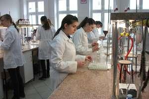 Uczniowie LO w Rybnie na zajęciach laboratoryjnych w Olsztynie