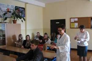 Nowomiejscy filomaci w nowomiejskim liceum