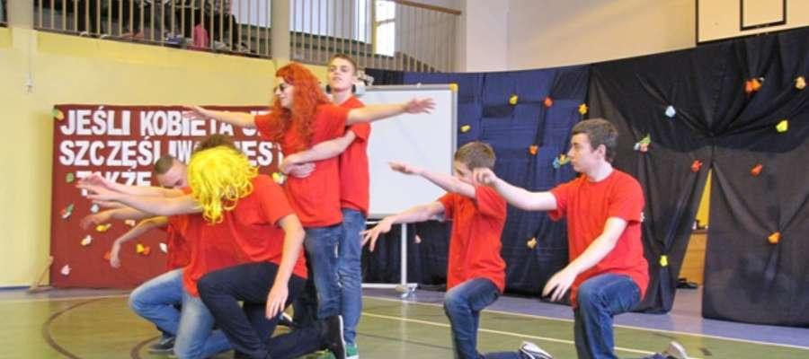 Drugim punktem programu był występ grupy chłopców z kl. II gimnazjum, którzy zaprezentowali prześmiewcze układy taneczne do znanych kompozycji muzycznych