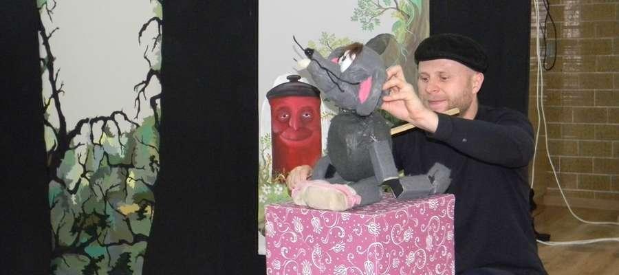 """W Przedszkolu Publicznym w Pieniężnie wystąpili aktorzy  ze Studia Artystycznego KARUZELA z Białegostoku w spektaklu pt. """"Śmieciolandia"""