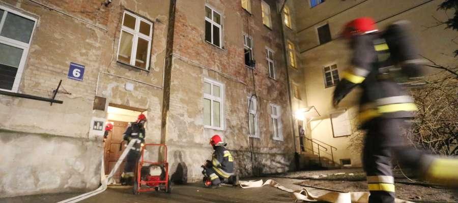 Pożar na Zatorzu. Piec wpadł do mieszkania piętro niżej