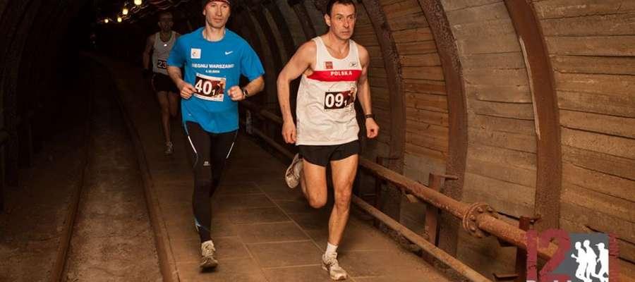Artur Piotrowski na trasie podziemnego biegu