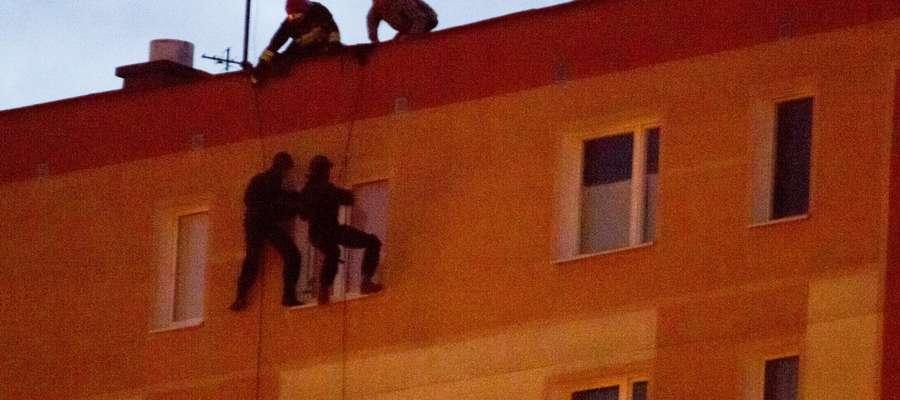 Olsztyn. W lutym 2013 roku niezrównoważony psychicznie mężczyzna groził, że wyskoczy z okna na 11 piętrze. Policjanci weszli przez okno i obezwładnili szaleńca