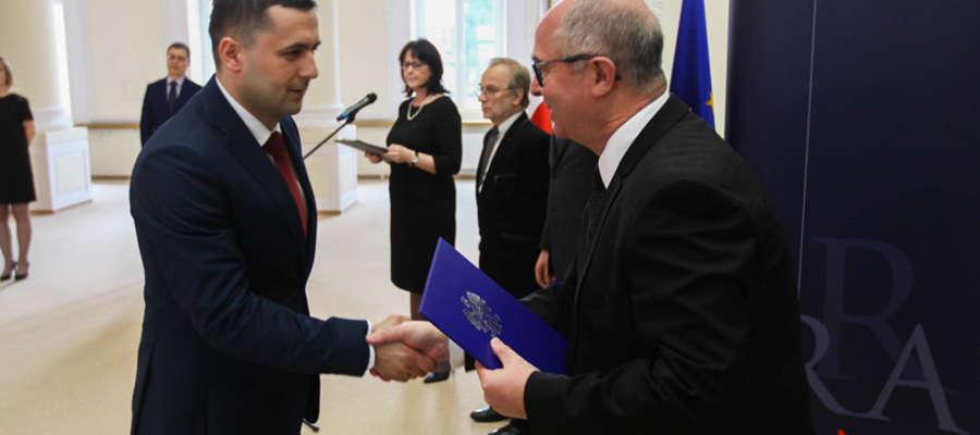 Marcin Bagiński (z lewej) odbiera dekret z rąk Prokuratora Generalnego Andrzeja Seremeta