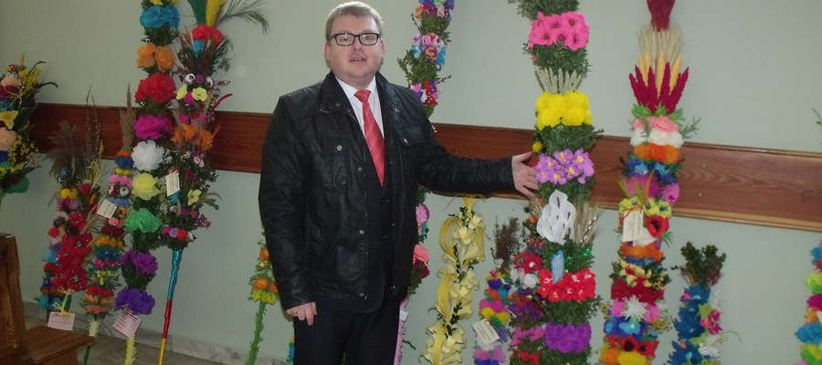 Mariusz Dziubiński prezentuje zebrane palmy