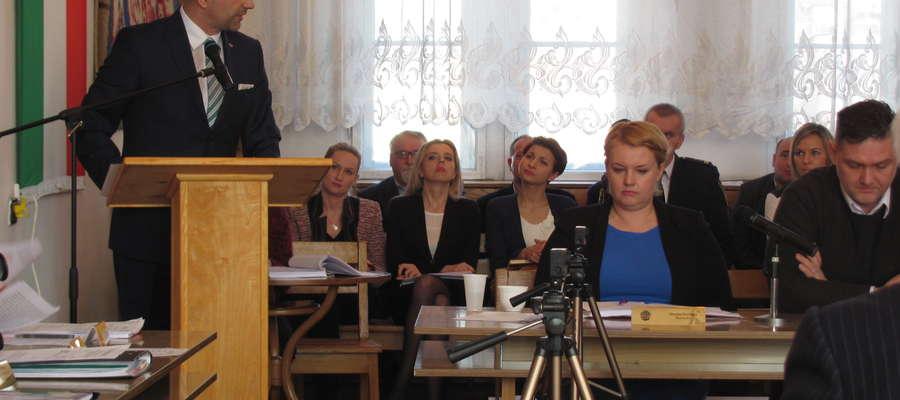— Zlikwidowano stanowiska pracy, które z punktu widzenia gospodarności były zbędne: stanowisko ds. powielania dokumentów (ksero) i stanowisko ds. prawnych — mówiła podczas wtorkowej (10.03) sesji burmistrz Monika Trzcińska