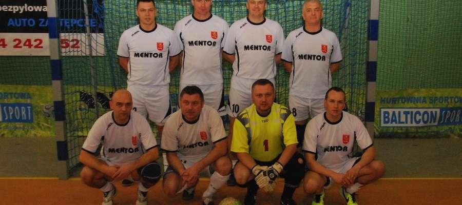 Mentor. Od lewej: P. Wilmowicz, M. Banaś, P. Czarnik, J. Czarnik. Dolny Rząd od lewej:   M. Kwaśniewski, P. Jakubczyk, D. Gutowski, P. Szysler