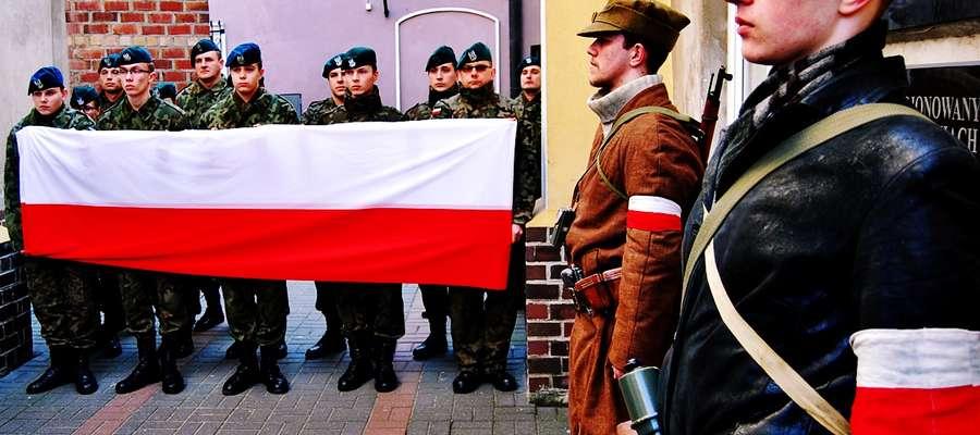 """Członkowie Jednostki Strzeleckiej 1006 Płońsk na terenie ,,starego"""" kościoła, przy tablicy poświęconej mieszkańcom naszego powiatu, którzy zginęli walcząc o wolną Polskę"""