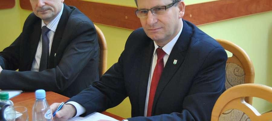 Burmistrz Susza Krzysztof Pietrzykowski (z prawej) odpowiadał na pytania radnych