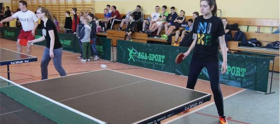 Na siedmiu tenisowych stołach przez pięć godzin toczyły się zacięte pojedynki