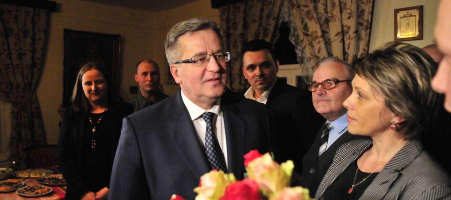Prezydenta kwiatami przywitali burmistrz Aneta Goliat i zastępca burmistrza Michał Bodenszac