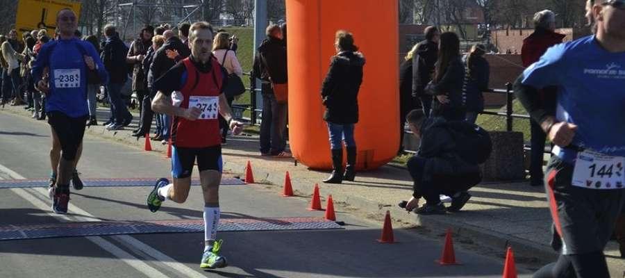 Andrzej Szysler z Susza pierwszy na mecie w Malborku na dystansie 5,3 km