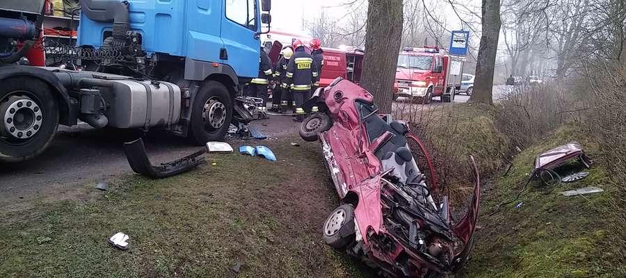 Strażacy wycięli dach, żeby wydobyć kierowcę. Niebezpiecznie na drogach!