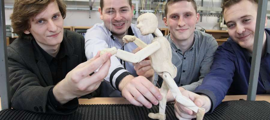 Studenci przy zaprojektowanej przez siebie lalce. Od lewej: Bartosz Pszczółkowski, Szymon Dunajski, Jakub Krajewski, Adam Masyk.